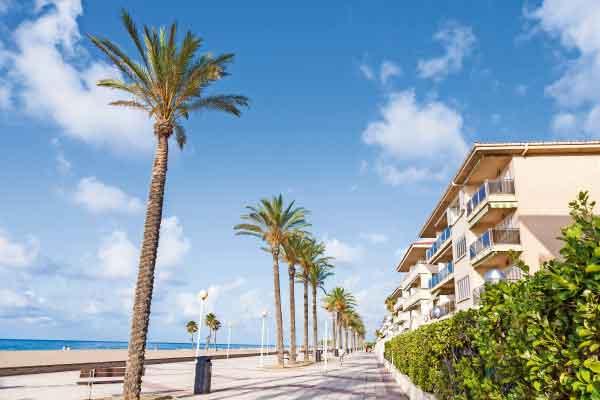 Promenade de plage à Calafell en Espagne
